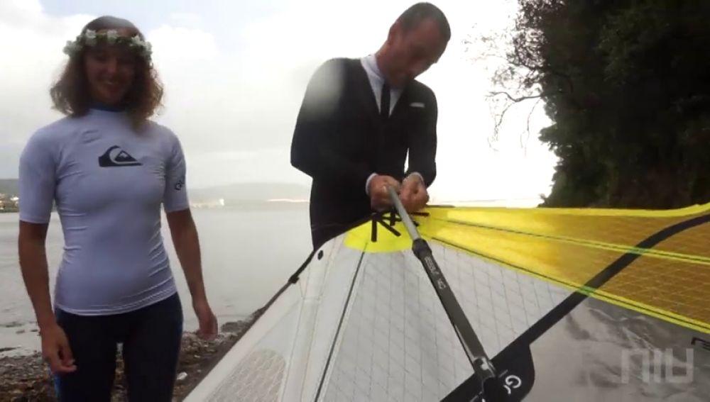 """Daniel y Camila celebran su boda practicando windsurf en Ferrol: """"Cambiamos los trajes de novios por los neoprenos"""""""