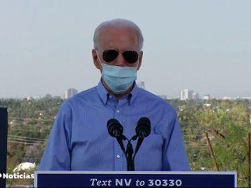 Joe Biden se baja la mascarilla para tose en un acto de campaña de las elecciones en Estados Unidos