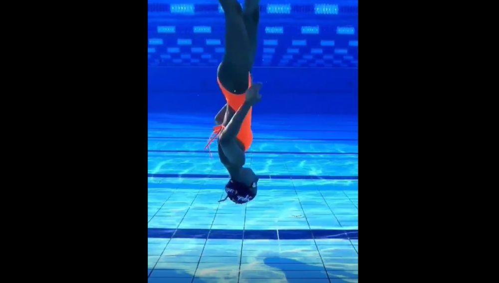 Silvia Solymosyová, la nadadora de 17 años que camina, baila y corre bajo el agua en TikTok