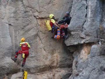 Espectacular rescate de altura en Castellón a un escalador lesionado en una pared vertical a 50 metros del suelo