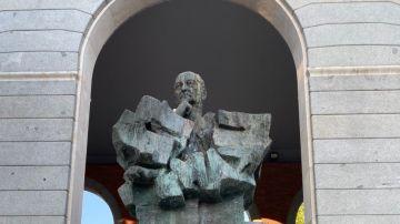 La estatua de Largo Caballero, con una pintada de 'Asesino. Rojos no'