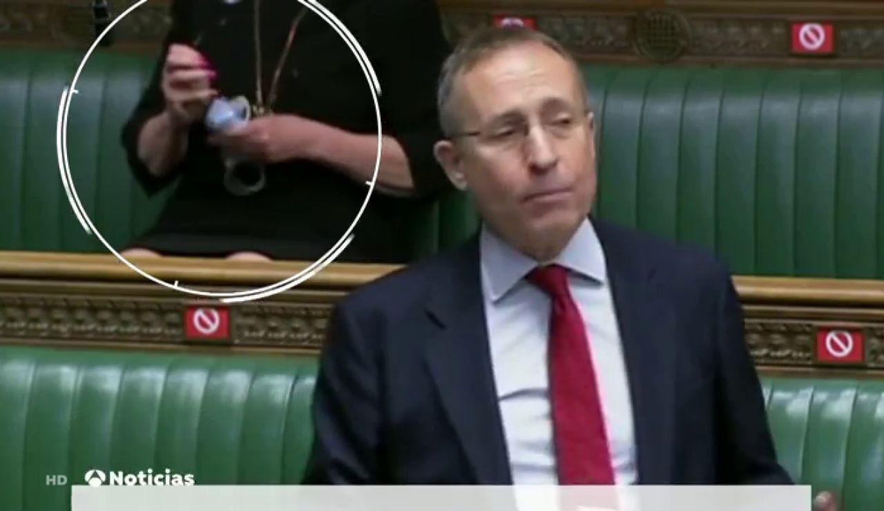 Pillan a una parlamentaria británica limpiando sus gafas con una mascarilla quirúrgica contra el coronavirus