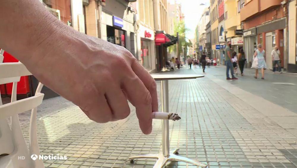 Canarias prohíbe fumar caminando por la calle como medida para frenar el coronavirus