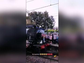 El Hogwarts Express pasa por una estación