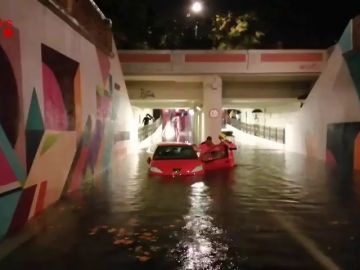 Los bomberos rescatan a varias personas atrapadas en sus vehículos en un túnel de Vilanova i la Geltrú por las lluvias