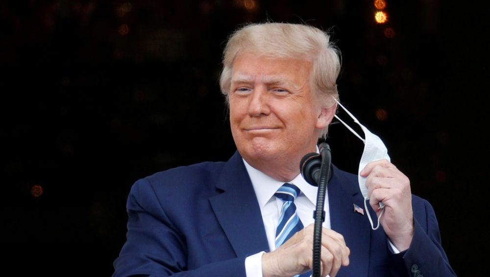 El presidente de los EEUU, Donald Trump, se quita la mascarilla
