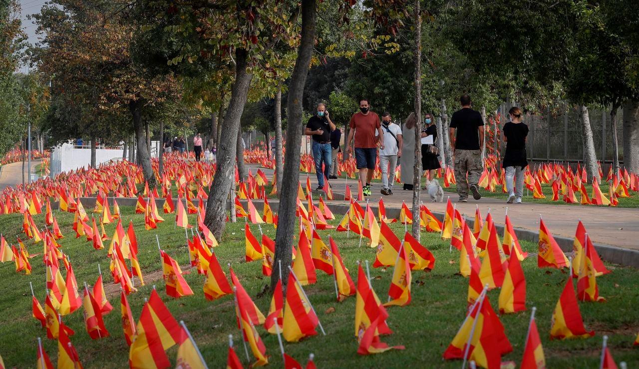 Sevilla amaneció con 56.000 banderas de España en recuerdo a víctimas