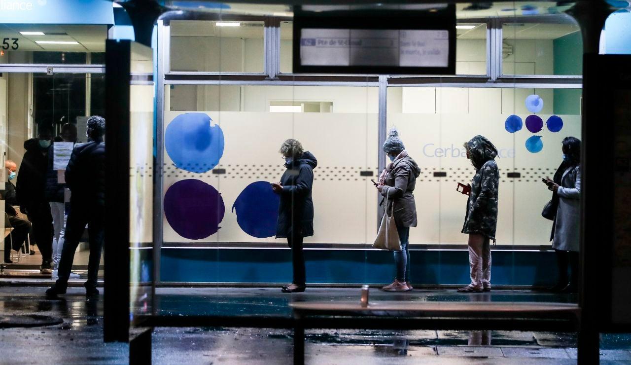 Varias personas esperan su turno en la puerta de un laboratorio de París