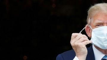 El presidente de los Estados Unidos, Donald Trump, se quita la mascarilla