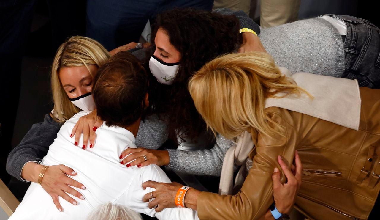 Rafa Nadal se abraza con su familia tras ganar Roland Garros