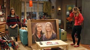 Mayim Bialik y Kaley Cuoco como Amy y Penny en 'The Big Bang Theory'
