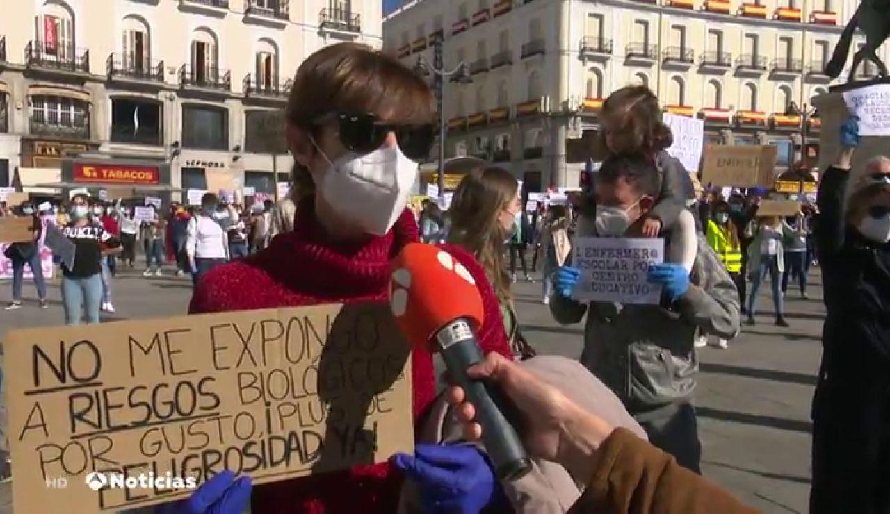Centenares de enfermeras y enfermeros protestan en el kilómetro cero de Madrid