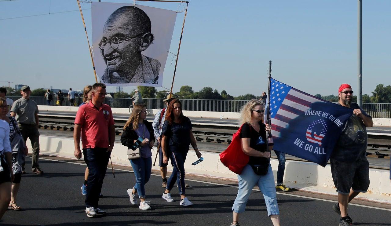 La lucha contra las fake news, apoyadas por el movimiento 'QAnon', en la campaña presidencial en Estados Unidos