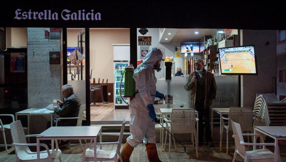 Desinfección en una terraza de Ourense