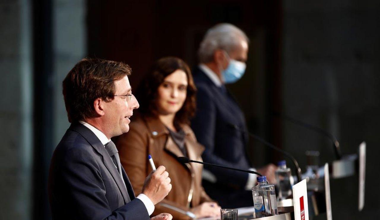 El alcalde de Madrid, José Luis Martínez-Almeida; la presidenta de la Comunidad de Madrid, Isabel Díaz Ayuso, y el consejero de Sanidad de la Comunidad, Enrique Ruiz Escudero.