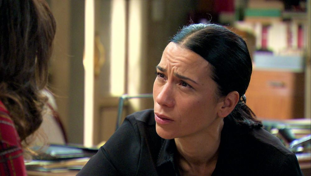 Manolita, desesperada, suplica a Cristina que le ayude a encontrar respuestas