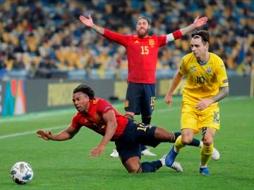 Adama cae al suelo ante Ucrania