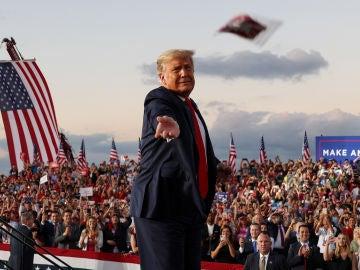 Donald Trump reparte mascarillas en un mitín en Sanford, Florida