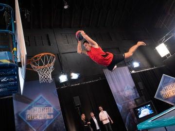 'El Hormiguero 3.0' sorprende a María Pombo con los impresionantes mates de baloncesto voladores