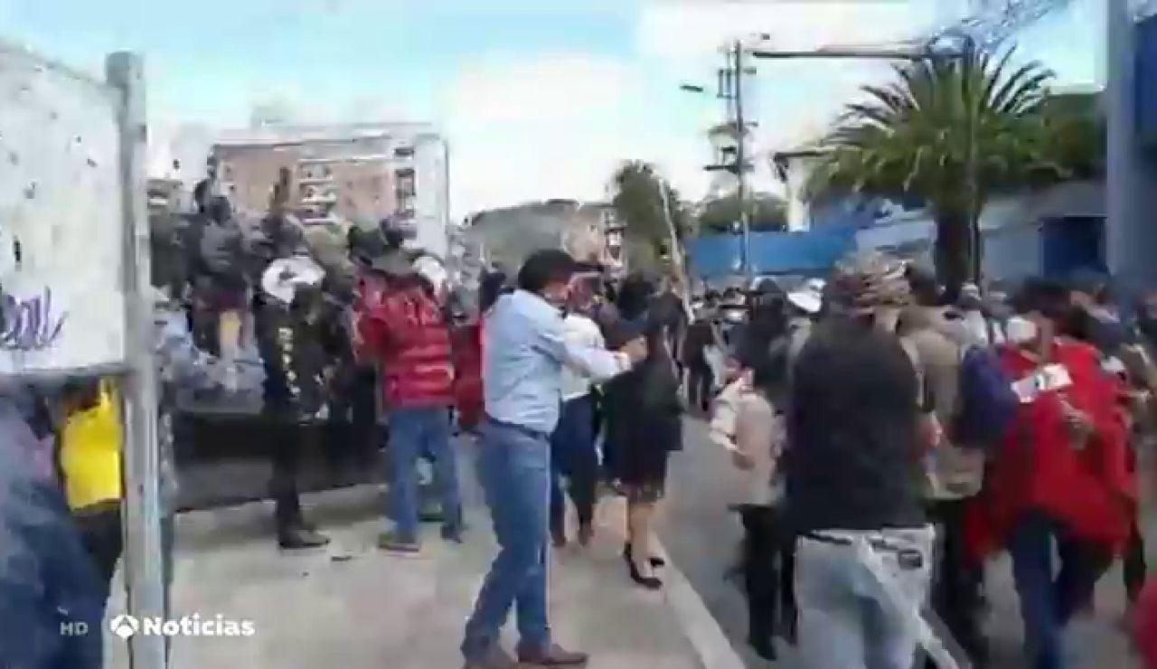 Intentan derribar las estatuas de Cristóbal Colón e Isabel la Católica durante las protestas en el Día de la Hispanidad