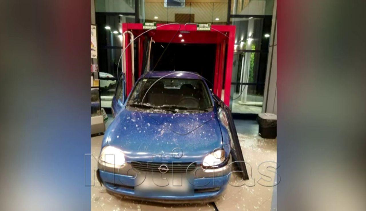 Detenido por empotrar un coche contra la puerta de la comisaría en Ripoll