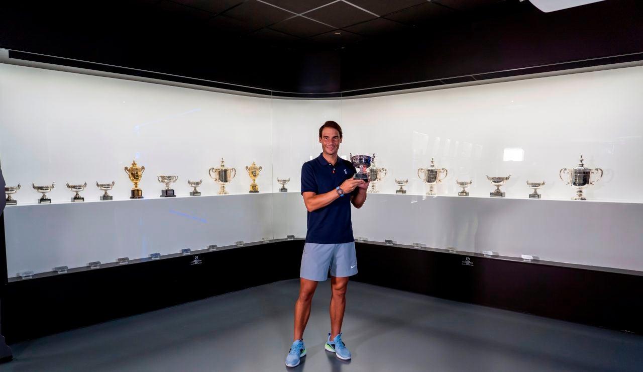 Rafa Nadal posa en su museo con su 13º Roland Garros