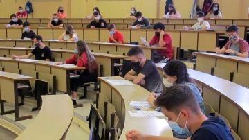 Estudiantes en una universidad con la mascarilla puesta