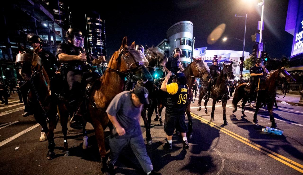 La policía de los Ángeles trata de dispersar a varios aficionados de los Lakers