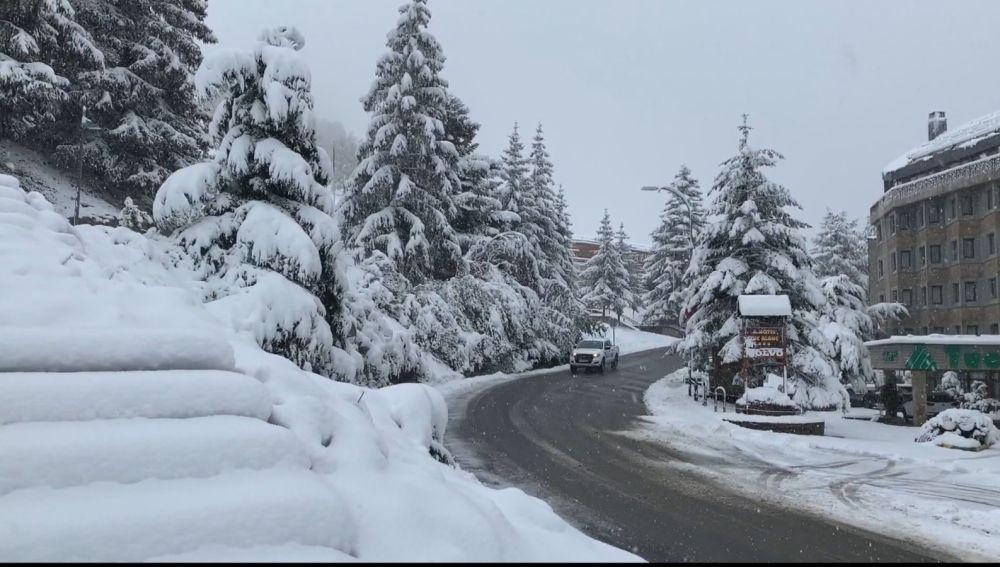 Estampa de los Pirineos nevados