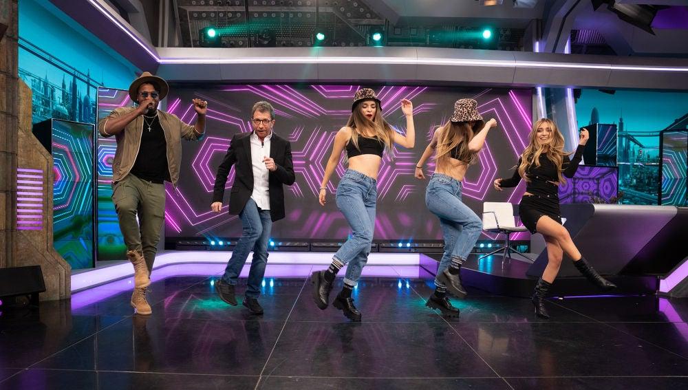 Ana Mena y las Twin Melody, buen rollo y mucho baile enfrentándose a los challenges más virales de TikTok