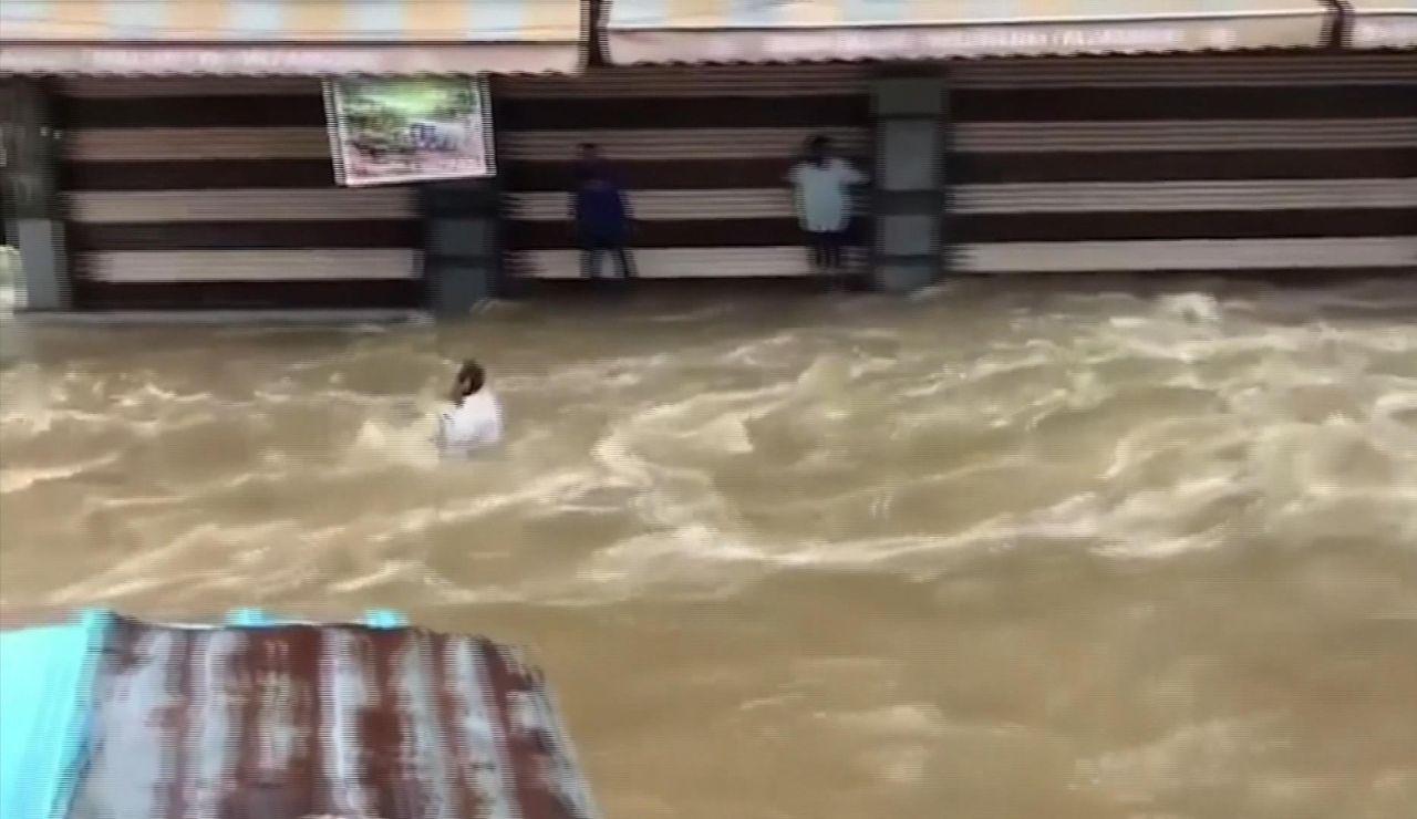 Un hombre, arrastrado por las inundaciones en el sur de la India