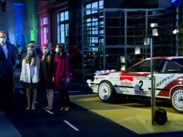 Los reyes y sus hijas con los coches de Carlos Sainz en los Premios Princesa de Asturias