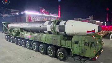 Imagen muestra misiles balísticos intercontinentales Hwasong-15 de Corea del Norte durante desfile militar en Pyongyang