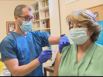 Una mujer se vacuna de la gripe en una parroquia de Andalucía