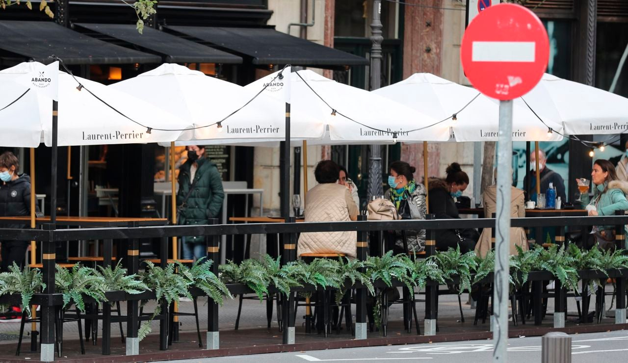 Clientes en un bar con terraza