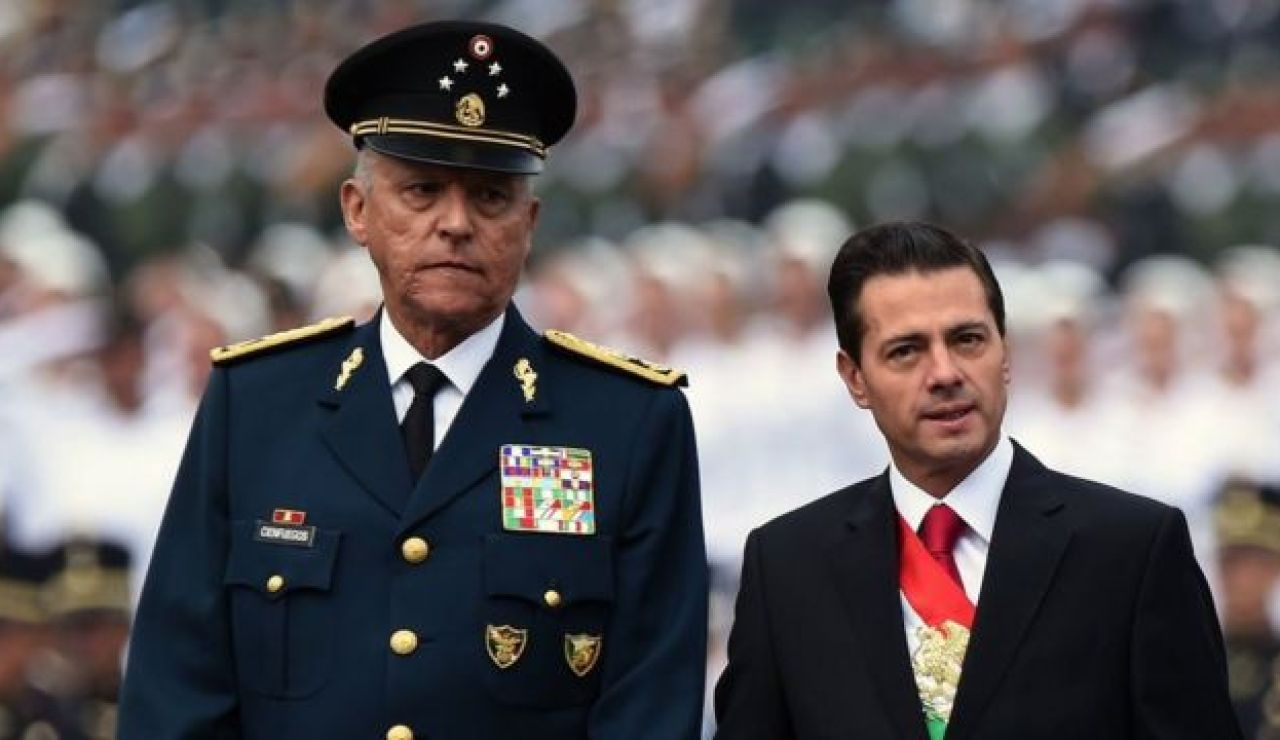 Salvador Cienfuegos acompañando a Enrique Peña Nieto