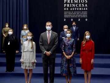 Los reyes y sus hijas se reúnen con los premiados de los Princesa de Asturias