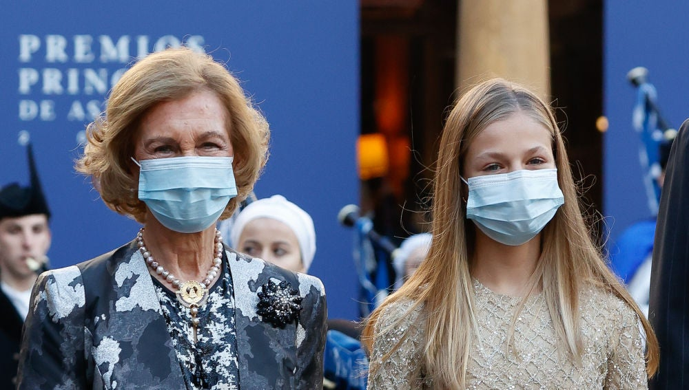 La princesa Leonor y su abuela, la reina Sofía