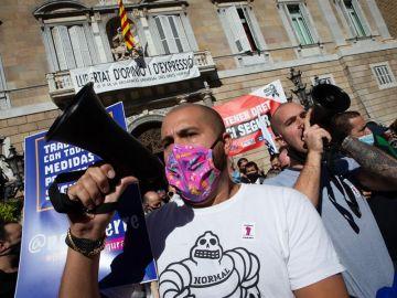 Hosteleros catalanes lanzan huevos contra la Generalitat por el cierre de bares y restaurantes