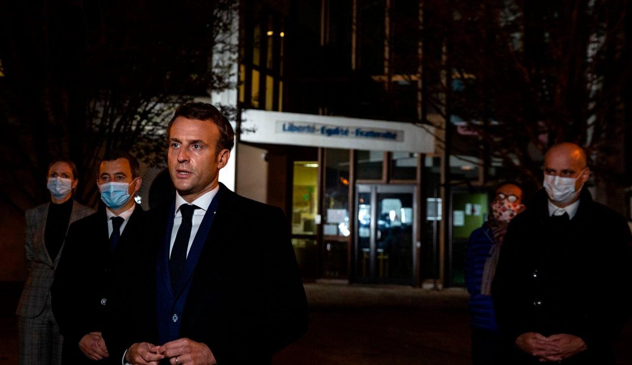 Emmanuel Macron habla con la prensa frente a una escuela secundaria en Conflans Saint-Honorine