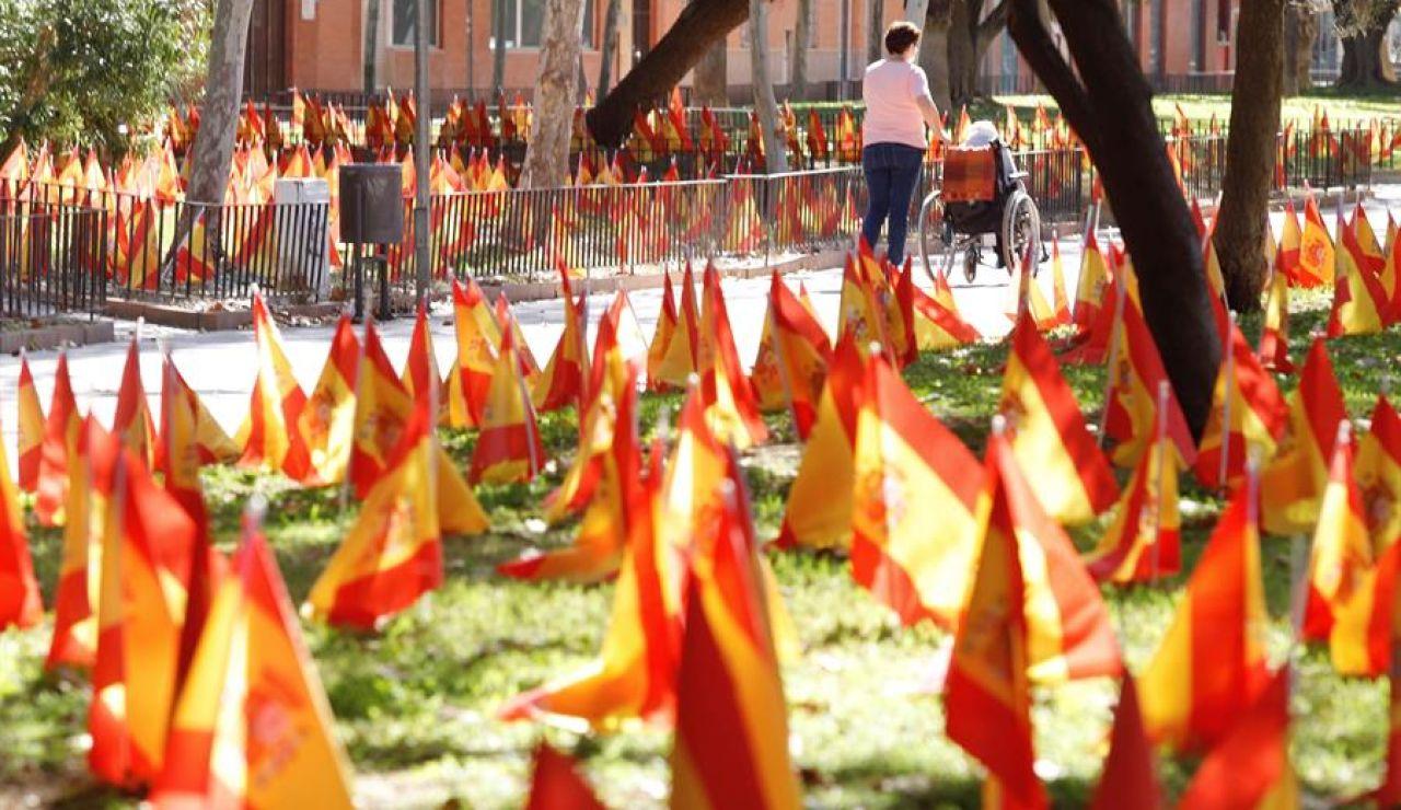 La avenida principal de Murcia amanece con 56.000 banderas de España en honor a las víctimas del coronavirus