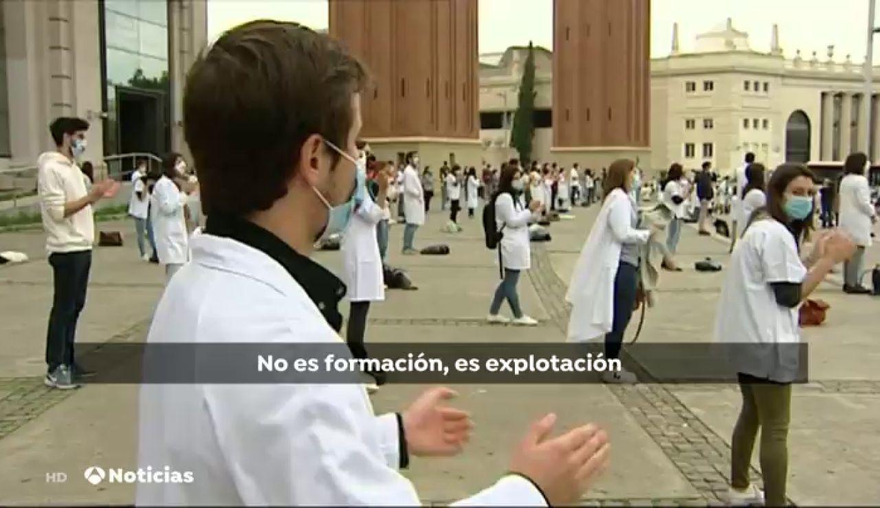 Más de 500 MIR emulan 'la guerra de las galaxias' en una nueva jornada de huelga en Barcelona