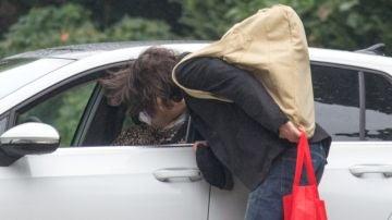 El beso de Keanu Reeves y su novia Alexandra Grant