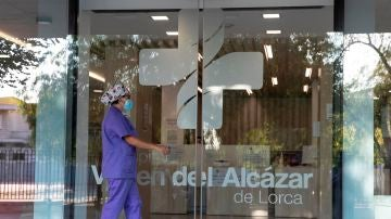 Una enfermera se dispone a entrar a un hospital de Lorca