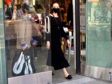 Angelina Jolie, a la salida de la tienda