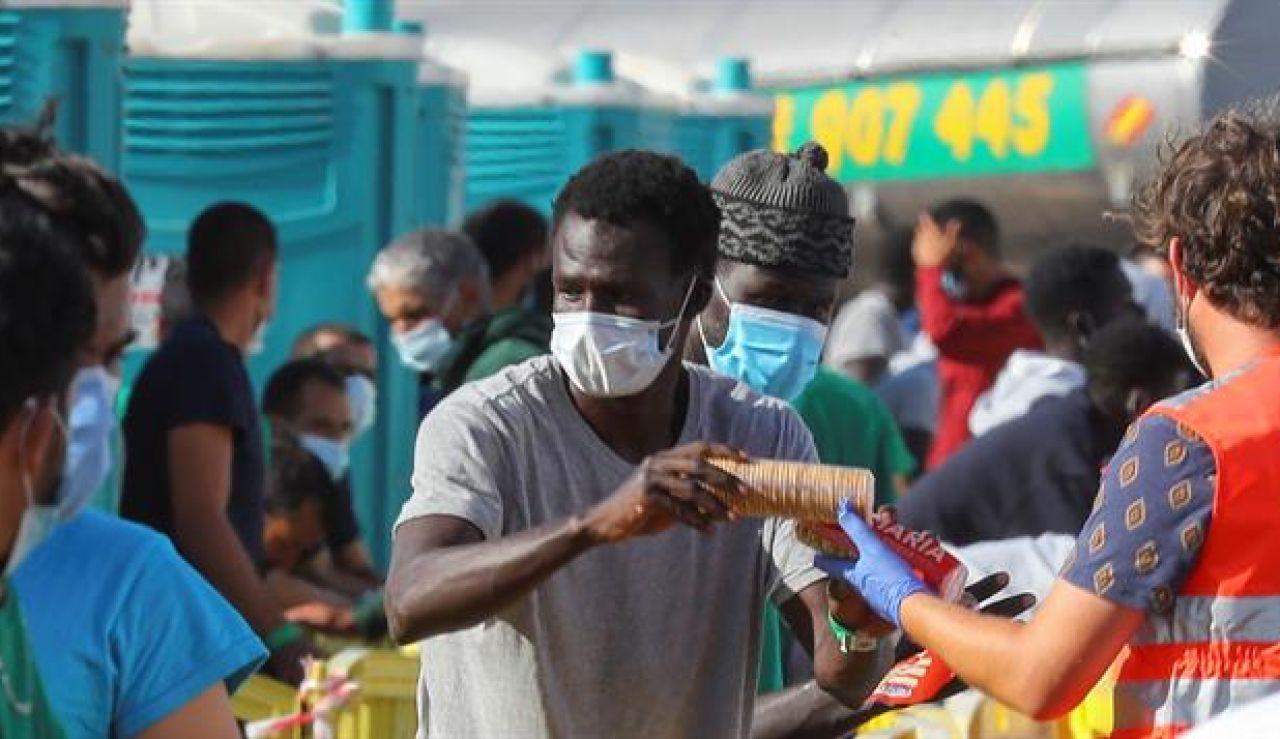 """Canarias, desbordada con la llegada de inmigrantes, pide ayuda al Gobierno y a Europa: """"Somos una isla-cárcel"""""""