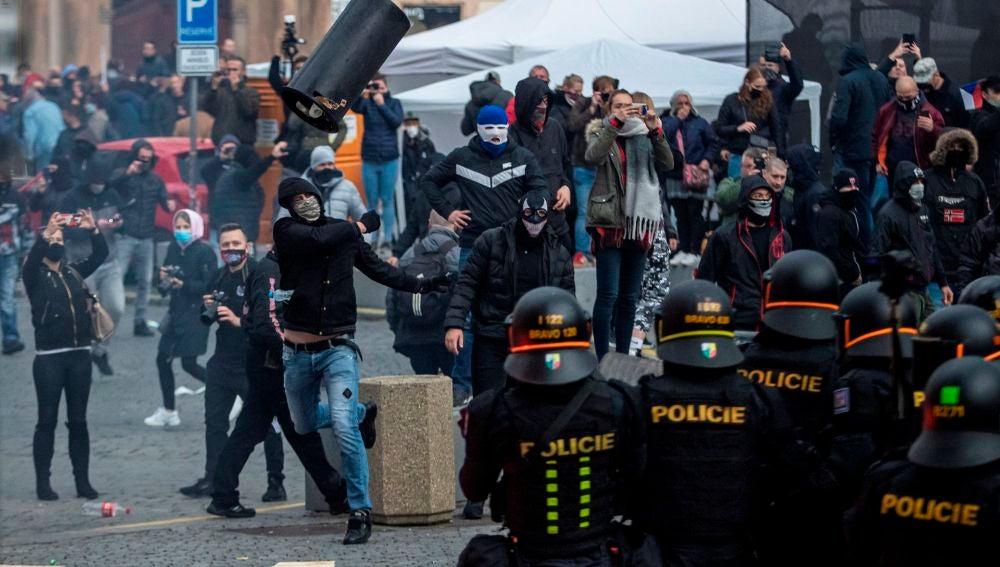Disturbios entre hinchas y policías en Praga