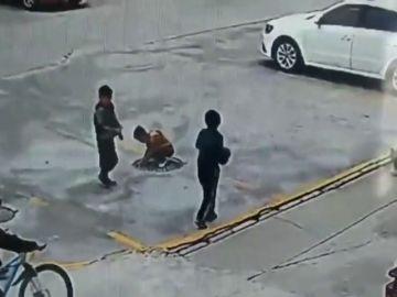 VÍDEO: Tira un petardo dentro de una alcantarilla y sale volando por los aires