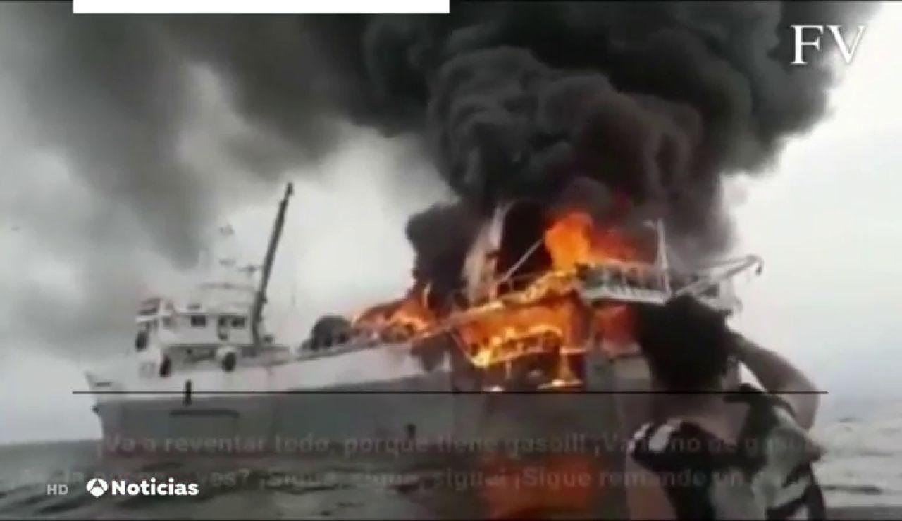 """El vídeo del angustioso rescate en un pesquero español en medio de las llamas: """"Va a reventar porque está lleno de gasoil"""""""
