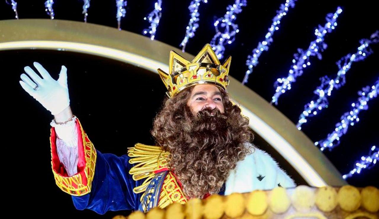 El rey Gaspar saluda desde la carroza en la Cabalgata de los Reyes Magos de Oriente el pasado 5 de enero de 2020